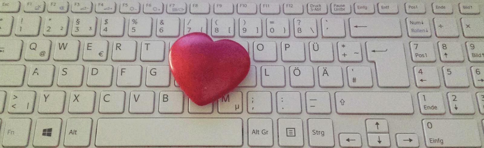 Herz auf Computertastatur