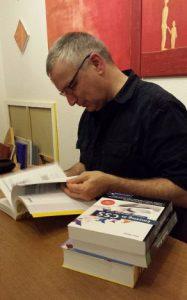 Peter MÜller signiert seine Bücher