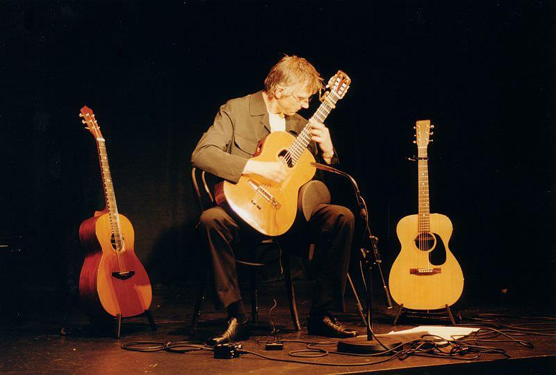 Christian Straube auf der Bühne mit 3 Gitarren