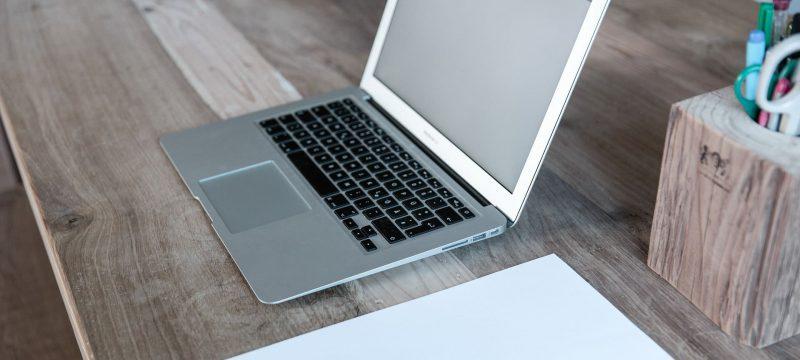 Laptop und Papier auf Schreibtisch