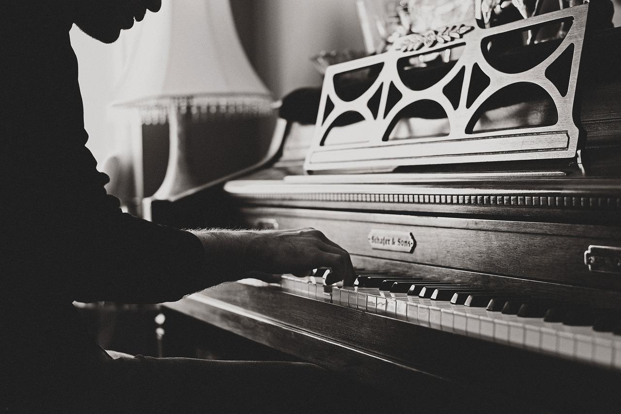 Jemand spielt Klavier im Gegenlicht