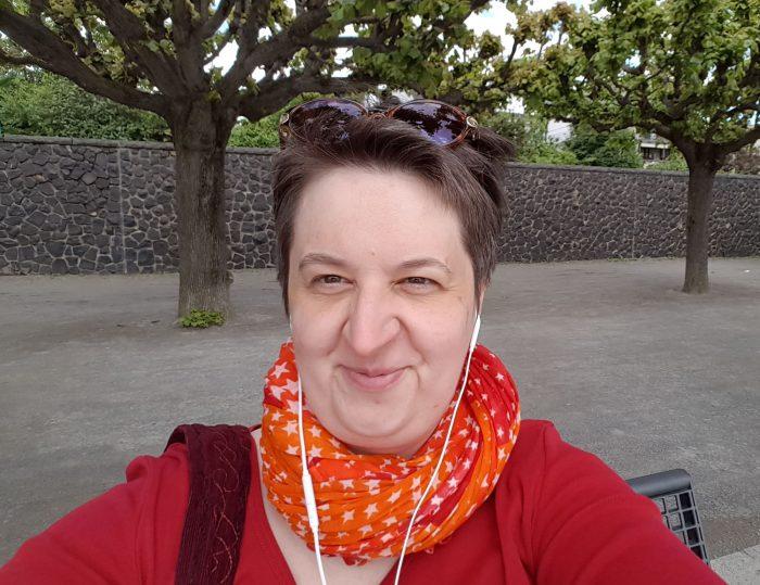 Annette mit Sonnenbrille und Kopfhörern