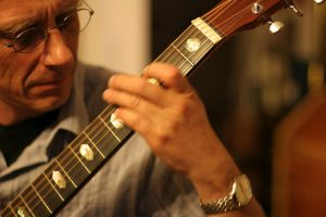 Christian Straube beim Gitarrespielen