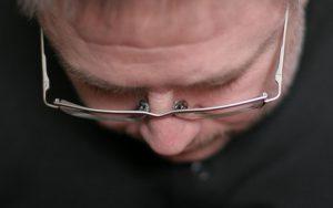 Frontalaufnahme von Thomas' gesenktem Kopf beim Lesen