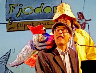 Felix Janosa mit der Fjodorpuppe und Till Demtröder als Pappa