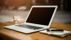 Schreibtisch mit Notebook, Schreibzeug