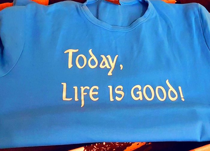 Blaues Shirt mit der Aufschrift: Today, life is good!