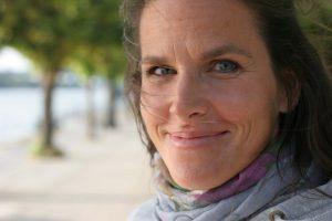 Bettina Belitz an der Rheinpromenade