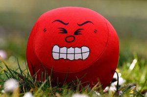 Roter Ball mit schmerzverzerrtem Gesicht