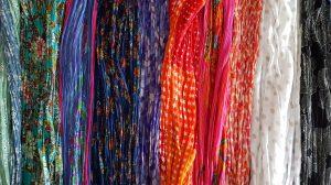 Schals in Blau, Aqua- und Rottönen, Weiß und Schwarz