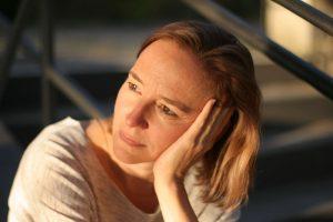 Daniela auf der Treppe schaut in die Sonne