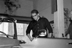 Tim schaut sich die Autos in der Werkstatt an