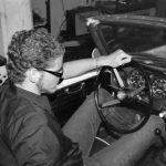 Tim am Steuer des Cabrios von der Seite fotografiert