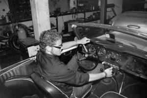 Tim spielt an den Armaturen des Cabrios