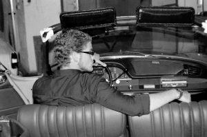 Tim im Cabrio von hinten fotografiert