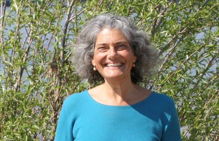 Christine lacht am Rhein