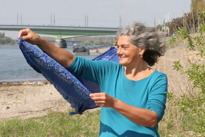 Christine lässt Schal im Wind fliegen