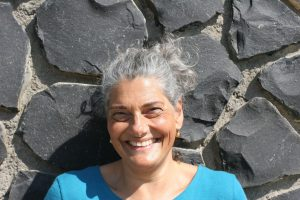 Christine mit Zopf an der Mauer
