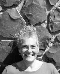 Christine mit Zopf vor Steimauer, schwarz-weiß