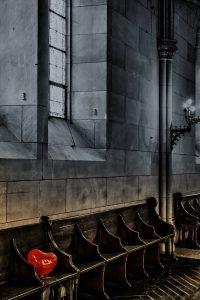 Herzballon in Kirchengestühl