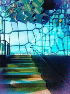 Treppe hoch zu Glasfromt fotografiert, Spiel mit Licht und Schatten