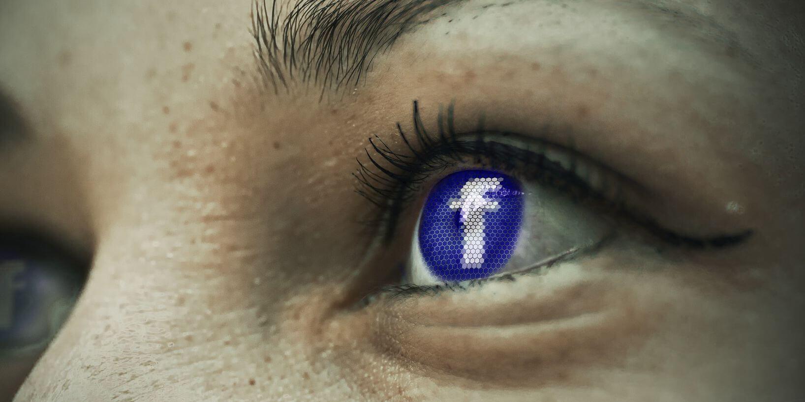 Augen in Nahaufnehme, in deren Iris das Facebooklogo leuchtet
