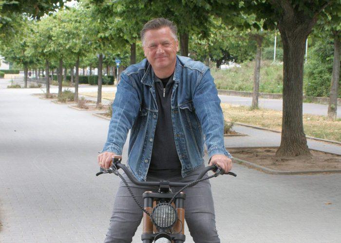 Gunnar Sohn mit seinem E-Bike in Bonn am Rhein