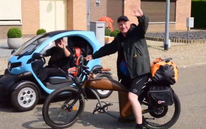 Screenshot aus dem Video vom Abschied aus Maasmedchelen von Michael Zachrau: Guido im Twizy und Gunnar auf dem E-Bike winken
