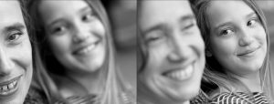 Doppelseite: Nahaufnahme Frau im Vordergrund scharf, Mädchen im Hintergrund unscharf schaut Frau lachend an und ähnliches Bild mit umgekehrtem Fokus