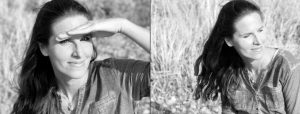 Doppelseite: Zweimal Frau mit langen Haaren und Jeanshemd sitzt im hohen Gras