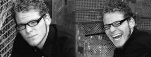 Doppelseite: Junger Mann mit Brille, der einmal in die Kamera schaut und einmal laut lacht