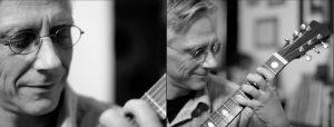 Doppelseite: Mann spielt Gitarre