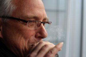 Christian Straube beim Rauchen