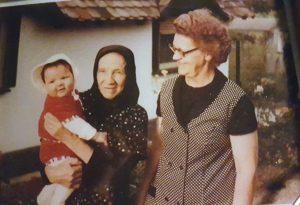 Klein Annette mit Uroma und Oma