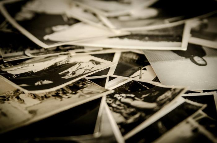 Viele Schwarz-Weiß-Fotos liegen durcheinander