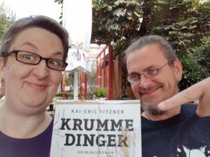 """Annette und Kai mit dem Vorabexemplar von """"Krumme Dinger"""""""