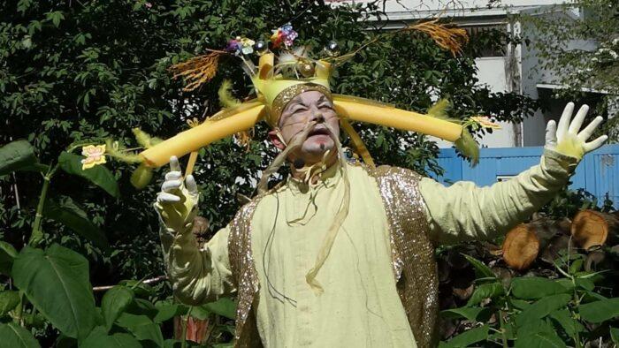 Martin Eckrich bei einer Performance im chinesischen Kostüm