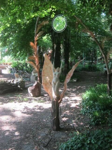 Weg im Kunstgarten von Martin Eckrich mit Skulpturen und Bäumen