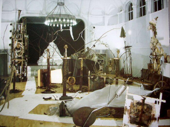 Rauminstallation von Martin Eckrich mit Skulpturen, Metall und Drähten