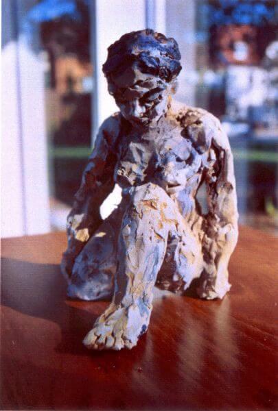 Skulptur einer knienden jungen Frau von Martin Eckrich