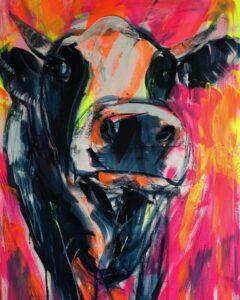 Kuhgemälde Gloria von Maren Martschenko: Expressionistische schwarz-weiße Kuh frontal vor pink-gelbem Hintergrund