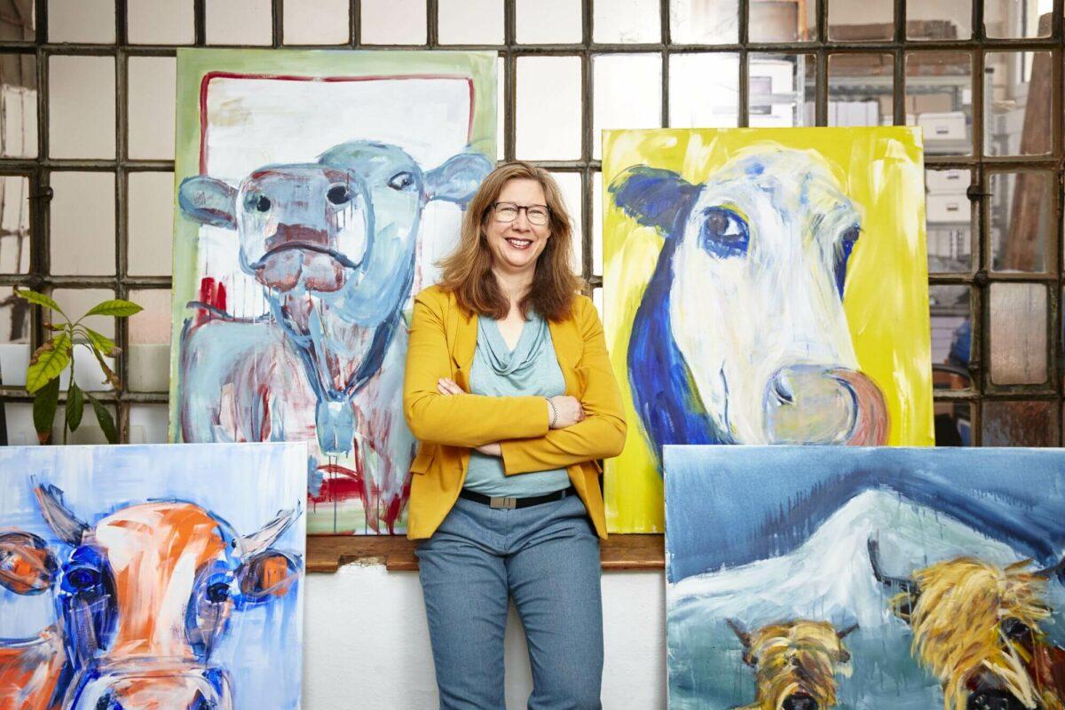 Maren Martschenko inmitten von Kulgemälden